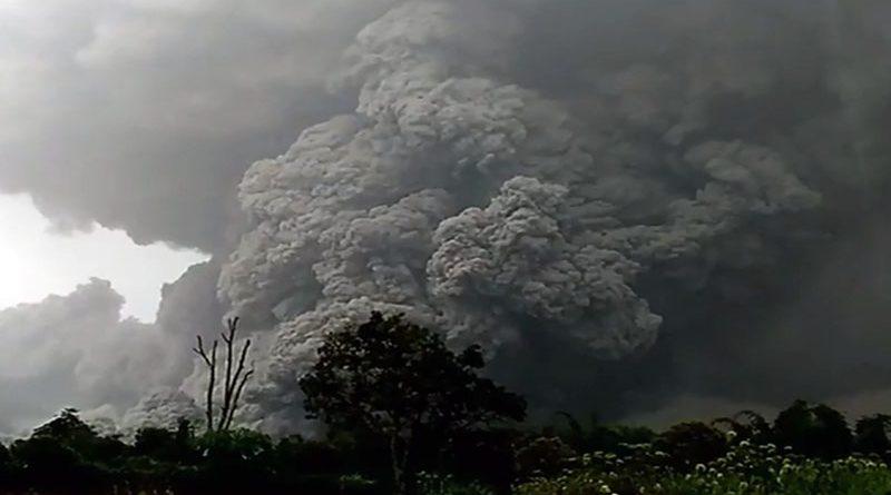 В Индонезии на острове Суматра проснулся вулкан Синабунг