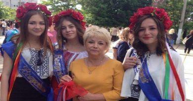 Krym - jeto Ukraina: V Simferopole vypusknicy odeli vyshivanki