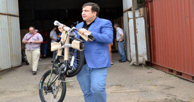 Саакашвили тащит конфискованный велосипед