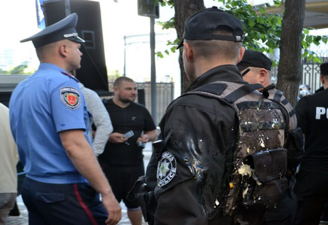 V Odesse zablokirovali Genkonsul'stvo Rossii i privezli taz navoza (10)