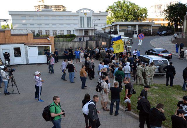 V Odesse zablokirovali Genkonsul'stvo Rossii i privezli taz navoza (2)