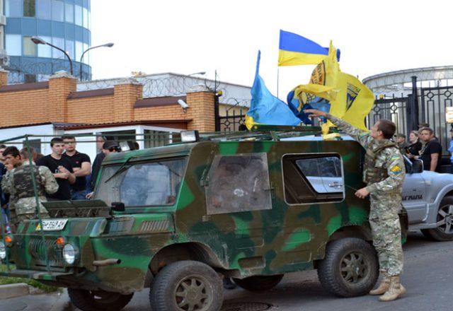 V Odesse zablokirovali Genkonsul'stvo Rossii i privezli taz navoza (3)