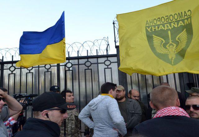 V Odesse zablokirovali Genkonsul'stvo Rossii i privezli taz navoza (4)