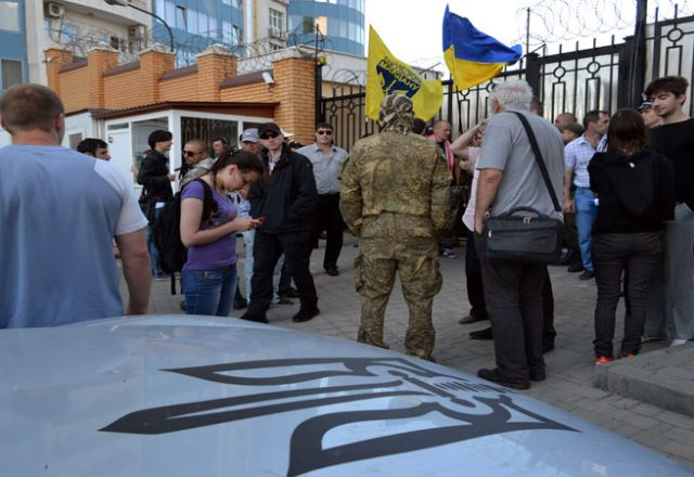 V Odesse zablokirovali Genkonsul'stvo Rossii i privezli taz navoza (5)