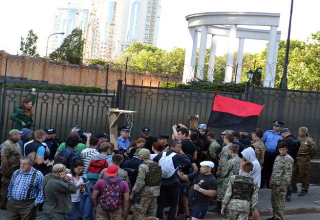 V Odesse zablokirovali Genkonsul'stvo Rossii i privezli taz navoza (7)