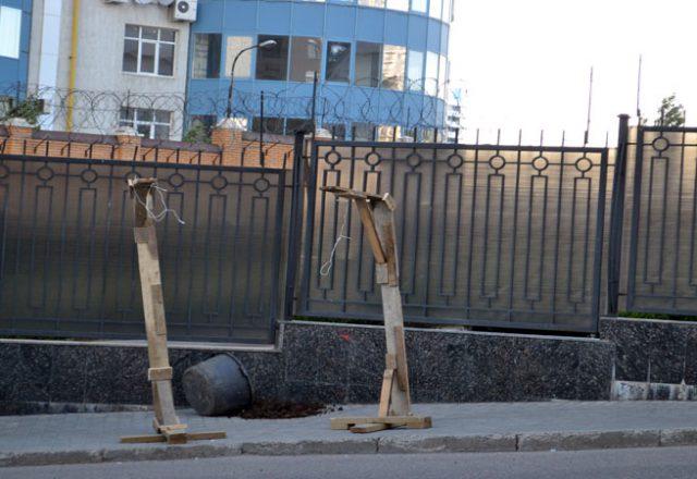 V Odesse zablokirovali Genkonsul'stvo Rossii i privezli taz navoza (8)