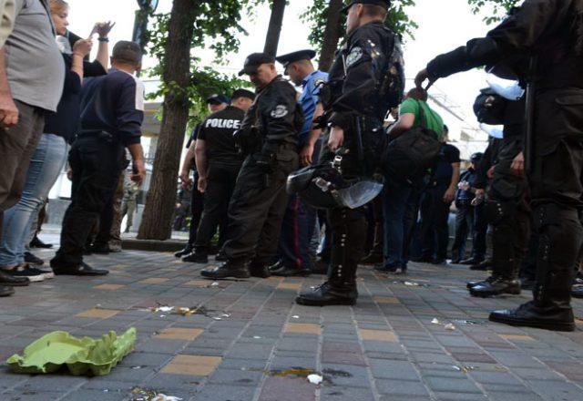 V Odesse zablokirovali Genkonsul'stvo Rossii i privezli taz navoza (9)