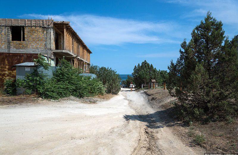 Дорога к пляжу. Слева заброшенный недострой