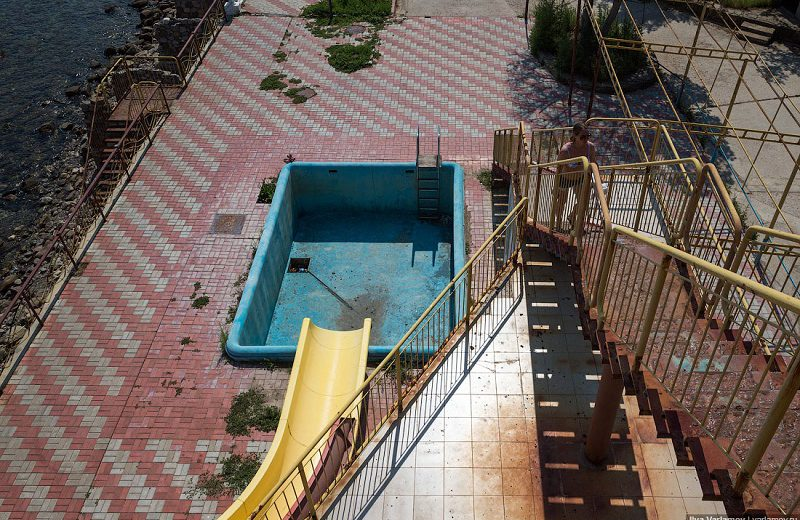 Возле набережной ржавеют остатки аквапарка