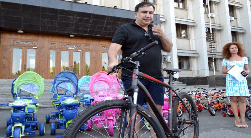 Saakashvili razdal sto ne konfiskovannyh velosipedov–vsem ne hvatilo (7)