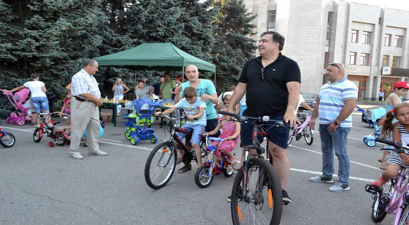 Saakashvili razdal sto ne konfiskovannyh velosipedov–vsem ne hvatilo (8)