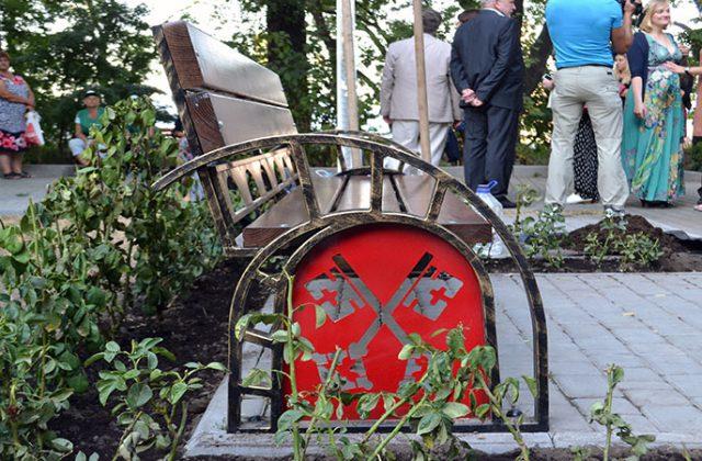 Simvol Regensburga na allei v Lunnom parke Odessy