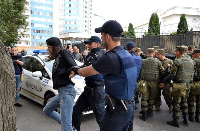 В Одессе под Генконсульством РФ  полиция задержала правосеков