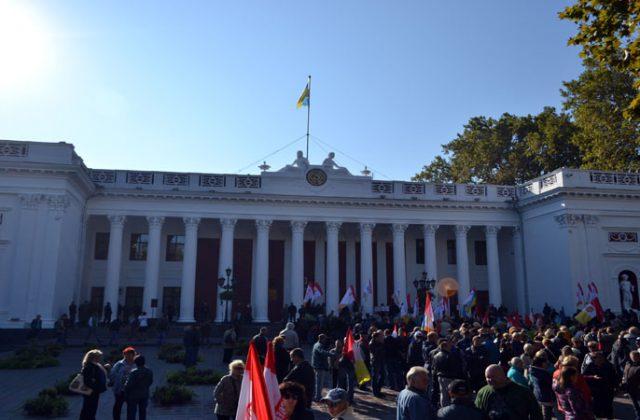 На Думской площади митингуют сторонники и противники мэра