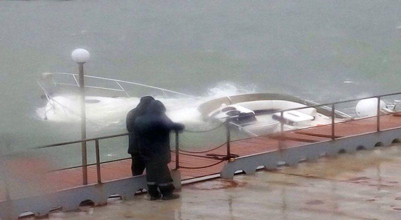 В Одессе из-за шторма затонула яхта