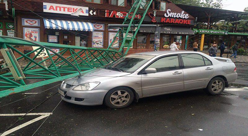В Одессе из-за шторма в Аркадии упал строительный кран
