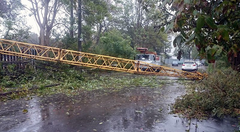 В Одессе из-за шторма упал строительный кран