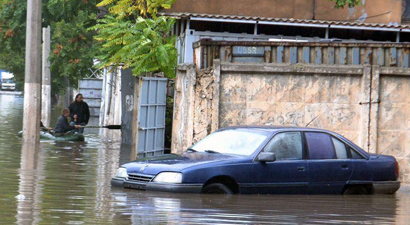 Последствия шторма в Одессе: Пересыпь затоплена и завалена деревьями
