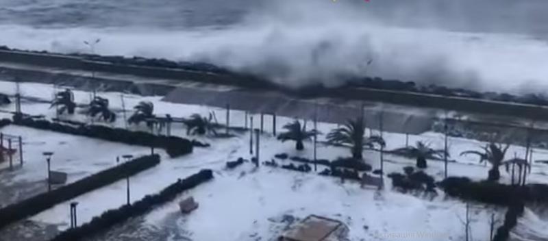 Гигантские волны обрушились на побережье российского курорта (ВИДЕО)