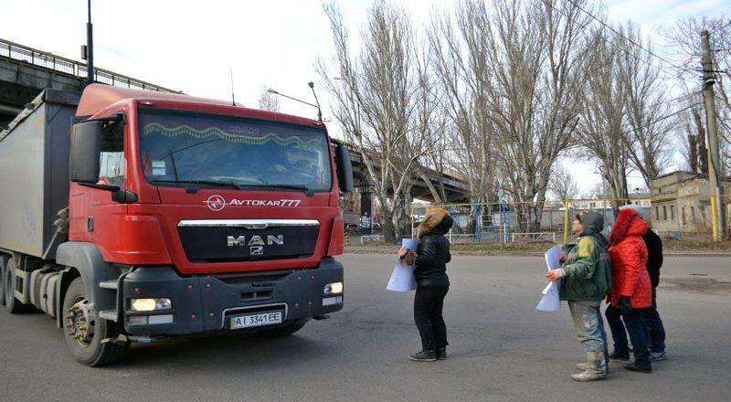 Vozmushhennye odessity zablokirovali proezd fur u Peresypskogo mosta (1)