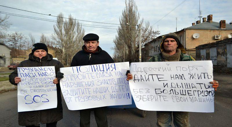 Vozmushhennye odessity zablokirovali proezd fur u Peresypskogo mosta (2)