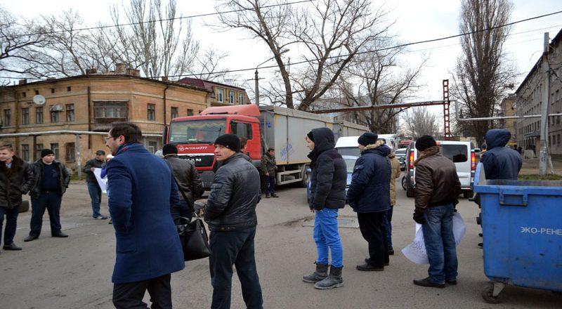 Vozmushhennye odessity zablokirovali proezd fur u Peresypskogo mosta (3)