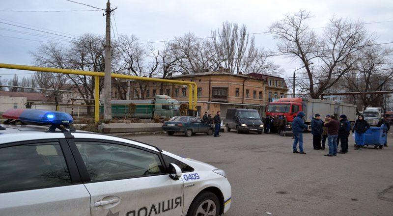 Vozmushhennye odessity zablokirovali proezd fur u Peresypskogo mosta (4)