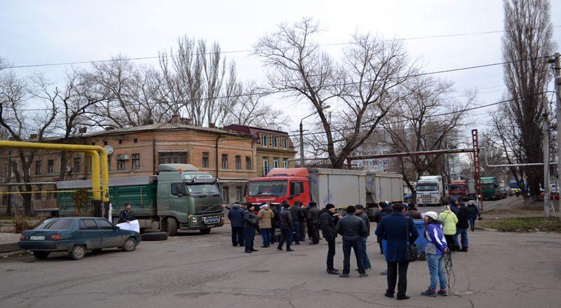 Vozmushhennye odessity zablokirovali proezd fur u Peresypskogo mosta (5)