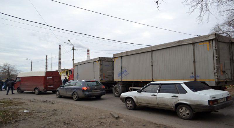 Vozmushhennye odessity zablokirovali proezd fur u Peresypskogo mosta (6)