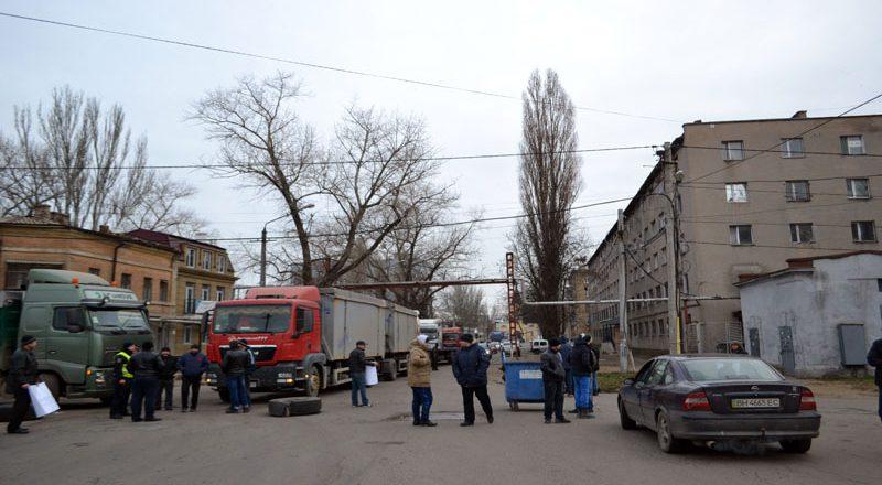 Vozmushhennye odessity zablokirovali proezd fur u Peresypskogo mosta (7)