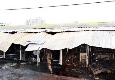 Последствия пожара на Привозе: в павильонах орудуют мародеры, а продавцы спасают товар (ВИДЕО, ФОТО)