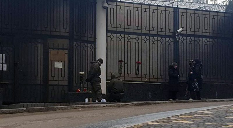 Odessity pod Genkonsul'stvom Rossii pomjanuli Churkina kazanom i drovami (2)
