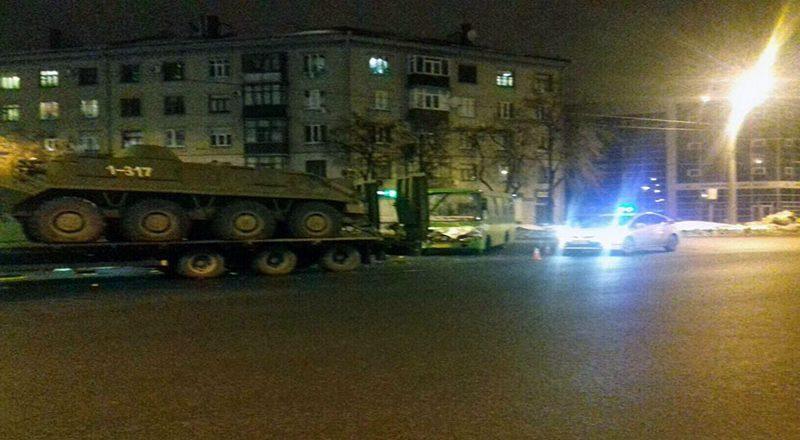 V Har'kove marshrutka vrezalas' v tjagach s BTRami (4)