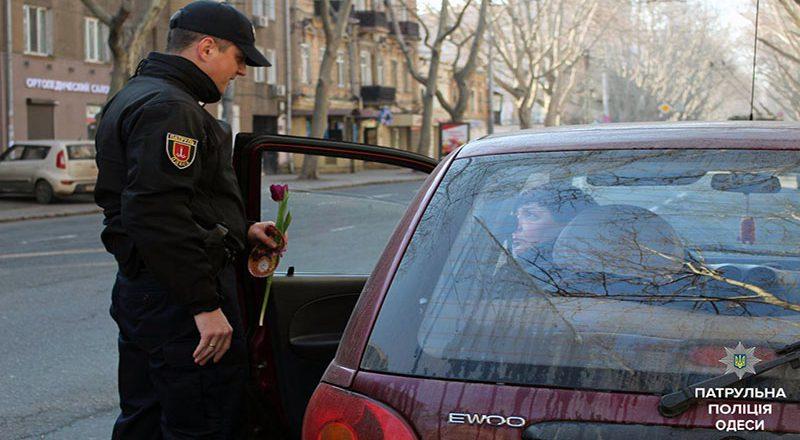 V Odesse patrul'naja policija original'no pozdravila zhenshhin (1)