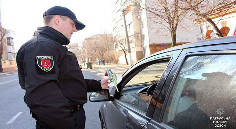 V Odesse patrul'naja policija original'no pozdravila zhenshhin (2)