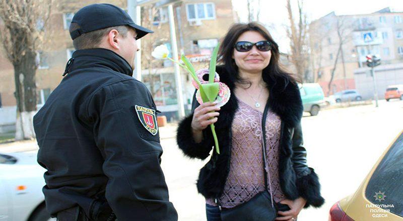 V Odesse patrul'naja policija original'no pozdravila zhenshhin (4)