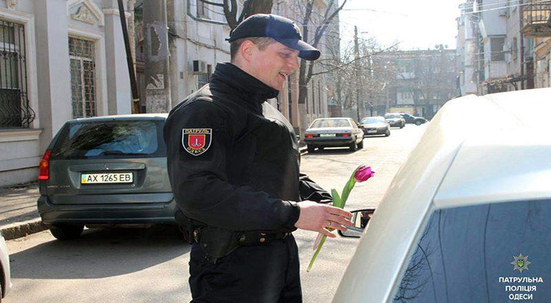 V Odesse patrul'naja policija original'no pozdravila zhenshhin (5)