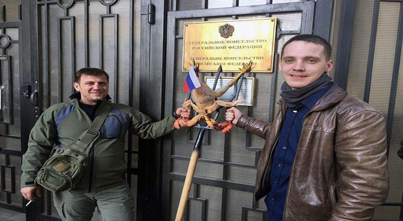 V Odesse u Genkonsul'stva Rossii zazharili dvuglavuju kuricu (1)