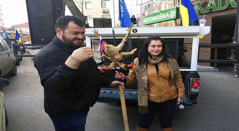 V Odesse u Genkonsul'stva Rossii zazharili dvuglavuju kuricu (2)