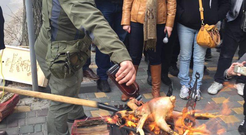 V Odesse u Genkonsul'stva Rossii zazharili dvuglavuju kuricu (5)