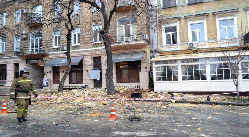V centre Odessy obrushilsja fasad zhilogo doma (2)