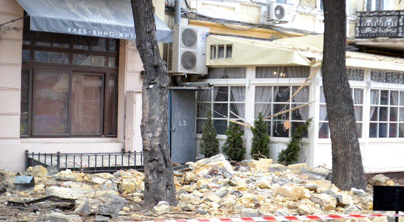 V centre Odessy obrushilsja fasad zhilogo doma (3)