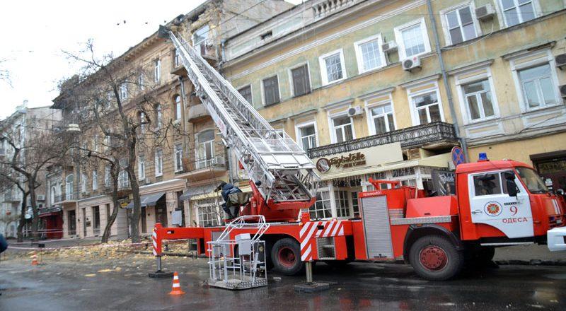 V centre Odessy obrushilsja fasad zhilogo doma (5)