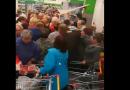 Соцсети насмешила массовая давка за сахар в российском супермаркете (ВИДЕО)