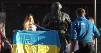 Российская пропагандистка пострадала в Крыму за украинский флаг (ФОТО)